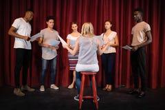 Actoren die hun manuscripten op stadium lezen stock fotografie