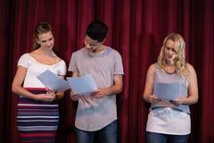 Actoren die hun manuscripten op stadium lezen royalty-vrije stock afbeelding