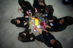 Actoren die marionetten in Harmony World Puppet Carnival in Bangkok houden Royalty-vrije Stock Foto