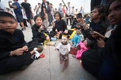 Actoren die marionetten in Harmony World Puppet Carnival in Bangkok houden Royalty-vrije Stock Foto's