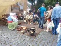 Actoren en Toeristen bij een Mideval-Tijdenfestival Stock Fotografie