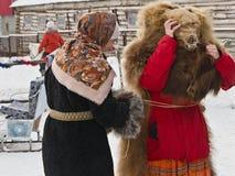 Actoren op een traditionele slavic de wintervakantie: pre Stock Fotografie