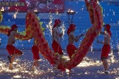 Actores chinos que realizan danza del dragón del fuego Foto de archivo libre de regalías