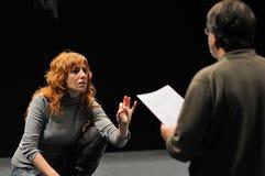 Actores del instituto del teatro de Barcelona, juego en la comedia Shakespeare para los ejecutivos Foto de archivo