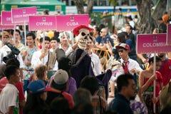 Actores que sostienen marionetas en Harmony World Puppet Carnival en Bangkok Foto de archivo
