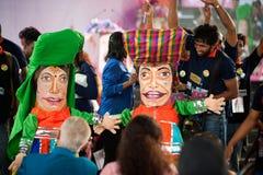 Actores que sostienen marionetas en Harmony World Puppet Carnival en Bangkok Fotos de archivo