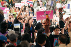 Actores que sostienen marionetas en Harmony World Puppet Carnival en Bangkok Imagenes de archivo