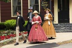 Actores vestidos como padres y señoras de la confederación en Charlot fotografía de archivo