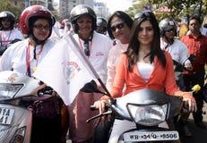 Actrees妇女自行车集会的Payel萨卡尔。 库存照片
