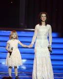 "Actrice Alena Bikkulova en finalist van ` Stem†""jonge geitjes ` Yaroslava Degtyareva stock foto"