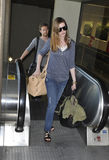 Actrice Anne Hathaway avec l'ami chez LAX Photo stock