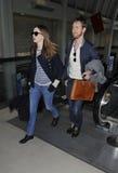 Actrice Anne Hathaway et ami à l'aéroport de LAX Photographie stock