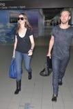 Actrice Anne Hathaway et ami à l'aéroport de LAX Photos libres de droits