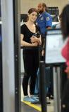 Actrice Ashley Greene avec le crabot à l'aéroport de LAX Image stock