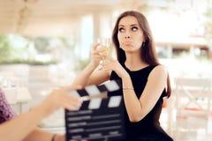 Actrice bouleversée tenant un verre dans la scène de film image libre de droits