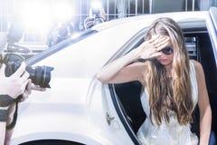 Actrice faisant un pas hors d'une limousine sur un événement de tapis rouge Photographie stock libre de droits