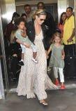 Actrice/Heidi modèle Klum avec des gosses à l'aéroport de LAX Image stock