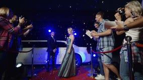 Actrice met lijfwachten op rood tapijt stock videobeelden