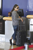 Actrice Mila Kunis à l'aéroport de LAX Photos stock