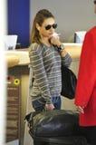Actrice Mila Kunis à l'aéroport de LAX. Images stock