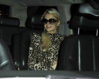 Actrice Parijs Hilton&boyfriend bij LOSSE luchthaven, CA royalty-vrije stock afbeelding