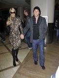 Actrice Paris Hilton&boyfriend à l'aéroport de LAX, CA photo libre de droits