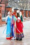 Señoras en los trajes nacionales rusos Imágenes de archivo libres de regalías