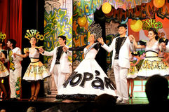 Actrices et acteurs sur l'étape tenant des mains, intérieur de théâtre, jeu musical - Hip Hop images stock