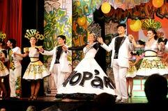 Actrices y actores en la etapa que lleva a cabo las manos, interior del teatro, juego musical - Hip Hop Imagenes de archivo