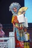Actriz bastante china de la ópera con el adorno rico en cabeza Foto de archivo