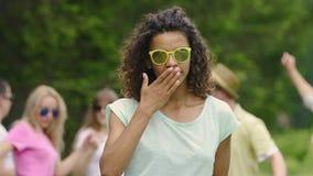 Actriz bonita que envía beso del aire a la cámara, bailando en el partido al aire libre, relajación almacen de video