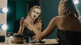 Actriz cansada que ensaya escenas delante del espejo almacen de metraje de vídeo