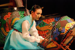 Actriz de sexo femenino coreana que juega el tambor tradicional fotografía de archivo libre de regalías