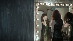 Actriz delante de un espejo almacen de video