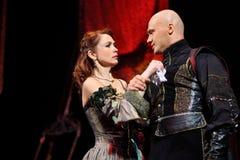 Actriz Olga Vorozhtsova y actor Evgeniy Aksenov en musical Foto de archivo