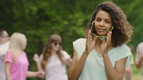 Actriz profesional joven en las gafas de sol que bailan, sonriendo, ligando con la cámara metrajes