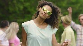 Actriz profesional que presenta y que baila para la cámara en el videoclip, juventud almacen de video