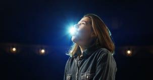 Actriz que ensaya en un teatro almacen de metraje de vídeo