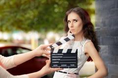 Actriz que piensa en la línea siguiente durante lanzamiento de la película imagen de archivo libre de regalías