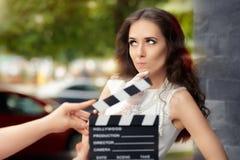 Actriz que piensa en la línea siguiente durante lanzamiento de la película foto de archivo