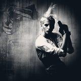 acttractive белокурая пушка девушки стоковое изображение