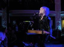 Actuación en directo de Cindy Lauper del artista de la roca en Washi Imágenes de archivo libres de regalías