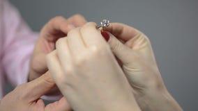 Actual anillo de compromiso masculino a querido, mujer que sostiene el regalo y que besa al hombre almacen de metraje de vídeo