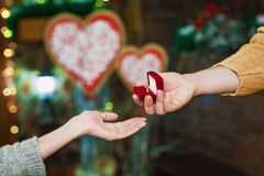 Actual anillo de la muchacha del individuo el día del ` s de la tarjeta del día de San Valentín Imagenes de archivo