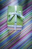 Actual caja adornada en concepto rayado de las celebraciones del mantel Fotografía de archivo libre de regalías