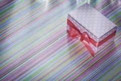 Actual caja adornada en concepto rayado de las celebraciones del mantel Fotos de archivo