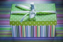 Actual caja adornada en concepto rayado de los días de fiesta del fondo Fotos de archivo libres de regalías