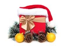 Actual caja con la decoración de la Navidad y sombrero de Papá Noel en el fondo blanco Imagenes de archivo