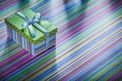 Actual caja de la cartulina con la cinta en celebrat rayado del mantel Fotografía de archivo