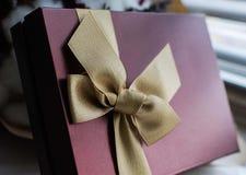 Actual caja de la terracota con la cinta del oro Foto de archivo